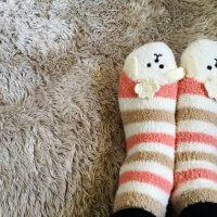 冷え症で対策として靴下重ね履きをする女性