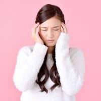 辛い酷い頭痛から解放されたくて悩む女性