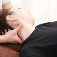 肩こりと頭痛に対してオステオパシーを受ける女性、大