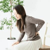 ぎっくり腰や腰痛に悩む女性