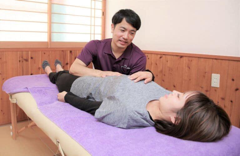 骨盤矯正の整体を受ける女性